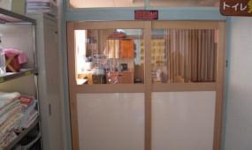 保育室入り口引違い扉
